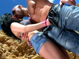 Vidéo porno mobile : Impromptu threesome on the beach